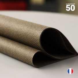 Serviette en non-tissé chocolat. 40 cm x 40 cm.