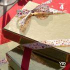 4 rubans cadeaux de fête. Rouge, or, étoilé présentoir sapin