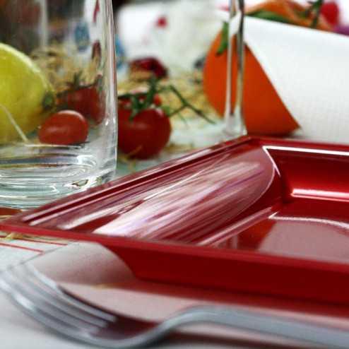 Assiettes en plastique carrées style rouge-carmin