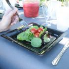 Assiettes en plastique carrées noires